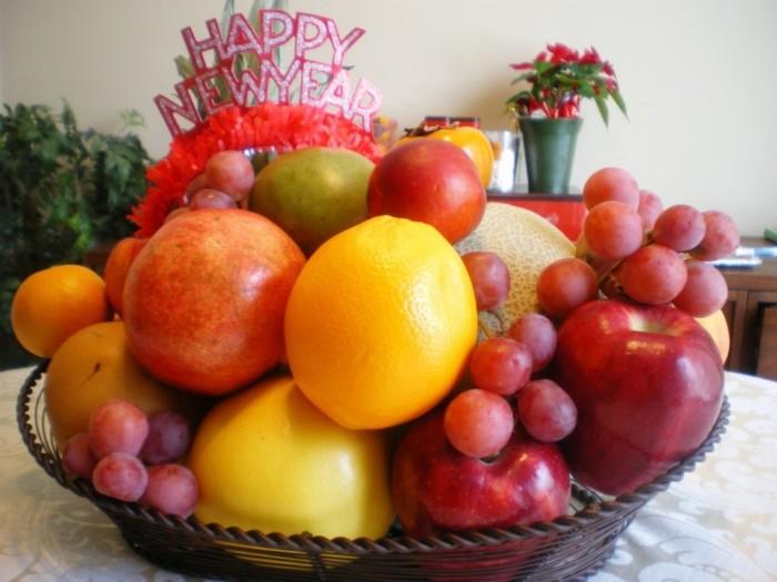 Новогодняя фруктовая корзина./Фото: www.laughtraveleat.com