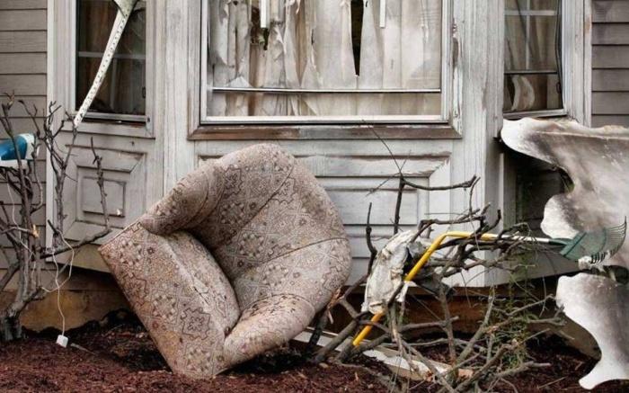Выброшенная из окна мебель может быть опасной./Фото: static.mytour.vn
