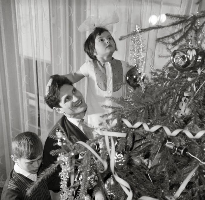 семья наряжает елку./Фото: cdn.fishki.net