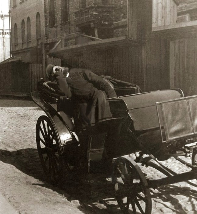 Извозчик на «пролетке», 1898 год./Фото: moscowwalks.ru