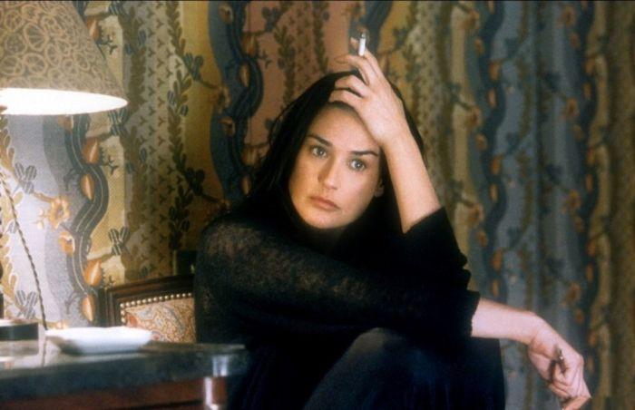 Персонажи актрисы тоже часто курят./Фото: kinozon.tv