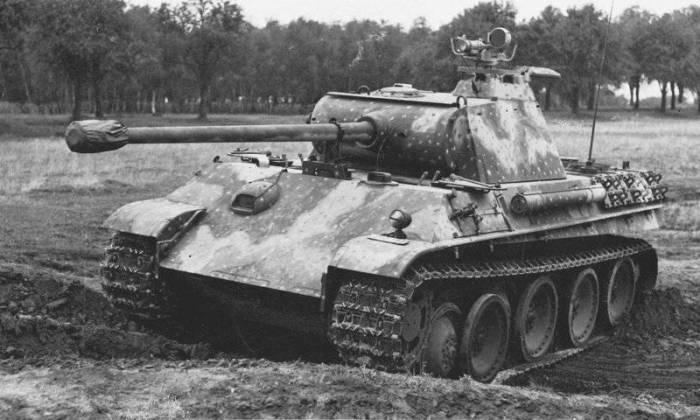 Немецкий танк Pz.Kpfw. V «Пантера» Ausf.G с установленным на командирской башенке прибором ночного видения «Шпербер» (Sperber FG 1250)./Фото: topwar.ru