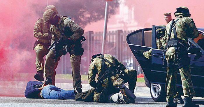 Полиция ЮАР тренируется задерживать угонщиков авто перед Чемпионатом мира по футболу./Фото: f8.pmo.ee