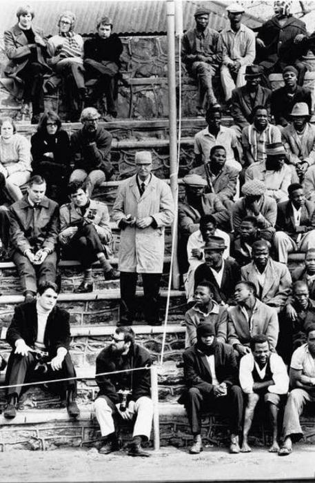 Расовая сегрегация в ЮАР — узаконенный расизм./Фото: img.haikudeck.com