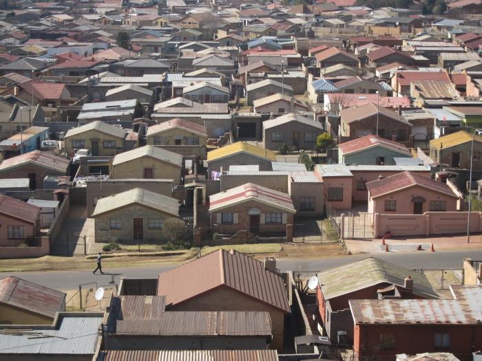Соуэто — поселение для чернокожего населения, построенное в 50-х годах на средства алмазного короля Э. Оппенгеймера./Фото: anotherworldishappening.files.wordpress.com