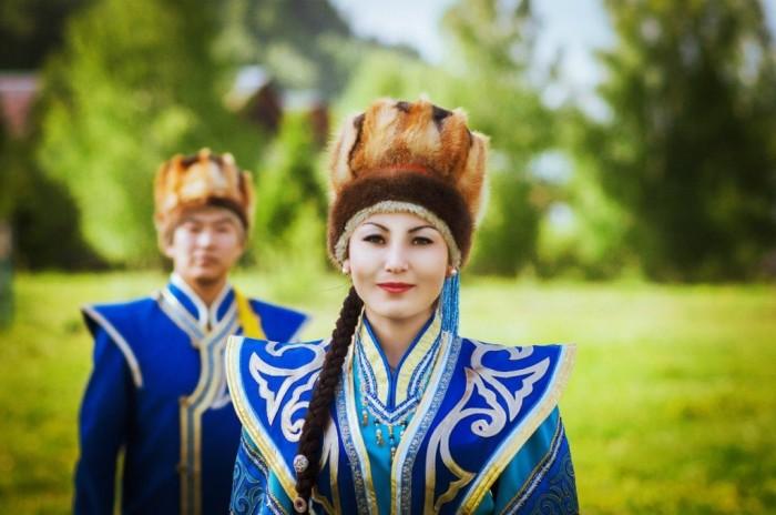 Алтайцы в национальных костюмах./Фото: www.oguznews.com