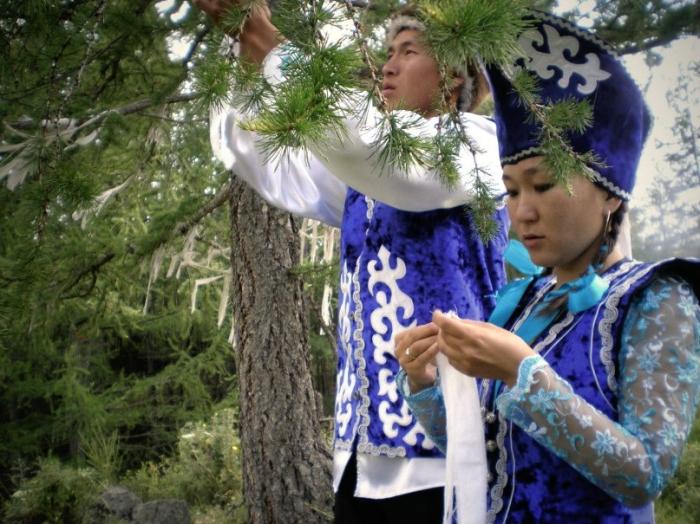 Традиция повязывать ленты./Фото: myrussianland.ru