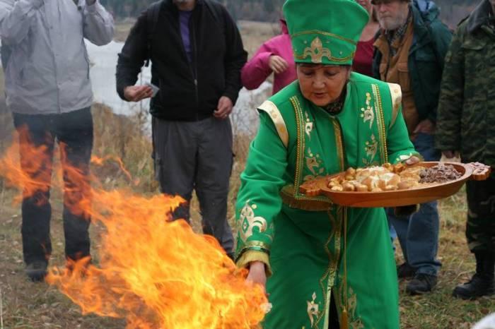 Хозяйка кормит огонь./Фото: media.nazaccent.ru