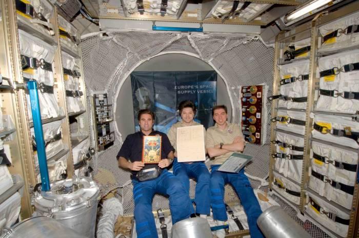 Экипаж МКС доставил на орбиту рукописи Жюля Верна./Фото: cdn4.wn.com