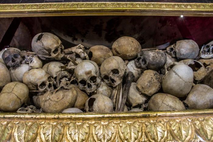 Останки казненных в Батакской церкви./Фото: ic.pics.livejournal.com