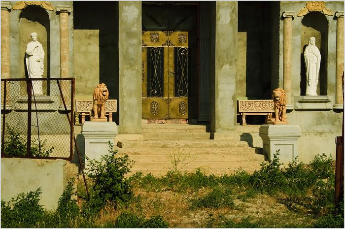 Это не древний храм, а цыганский дом в Сороках./Фото: mochaloff.ru
