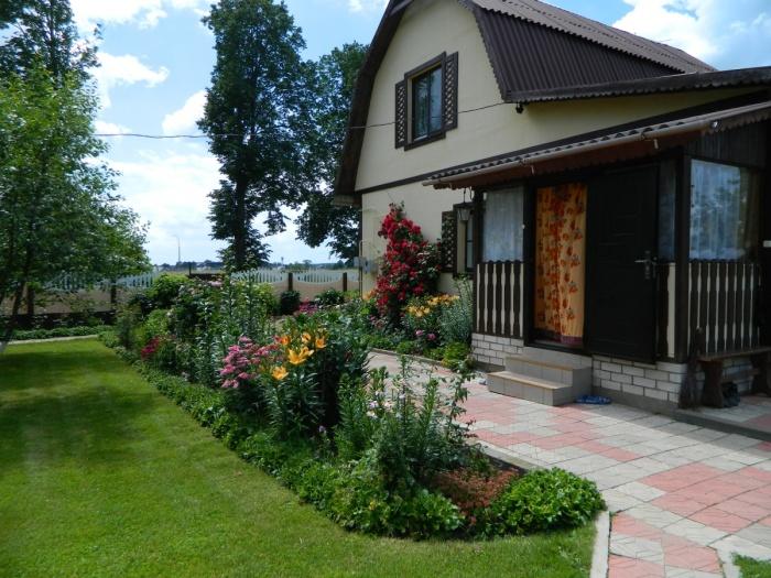 Сегодня многие дачи выглядят как сказочные домики./Фото: img.7dach.ru