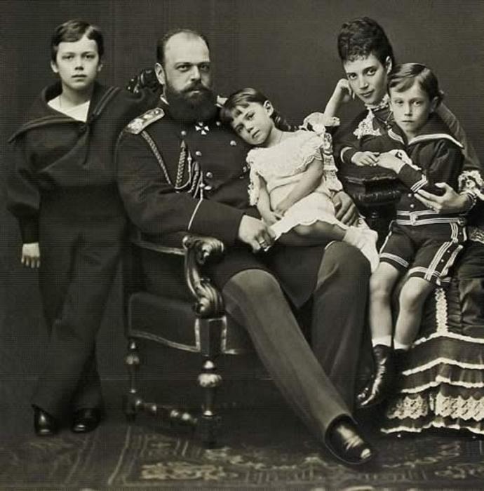 Александр III с женой и детьми./Фото: img-fotki.yandex.ru