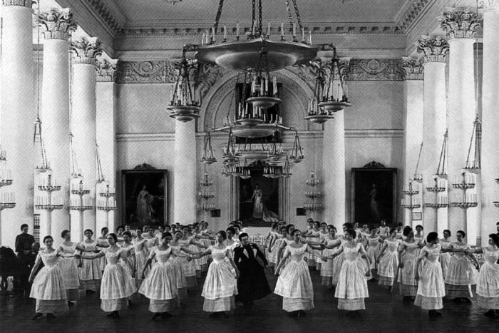 Воспитанницы Смольного института благородных девиц на уроке танцев (1889)./Фото: static.life.ru