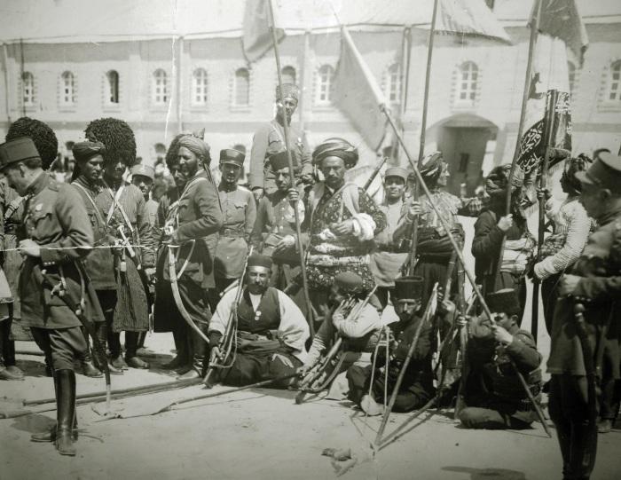 Солдаты и офицеры персидской армии./Фото: ic.pics.livejournal.com