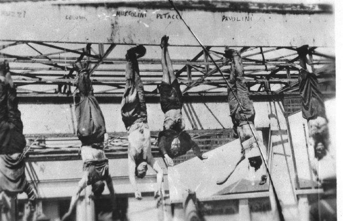 Трупы Муссолини и его Жены Клары Петаччи в центре фотографии./Фото: www.constantinereport.com