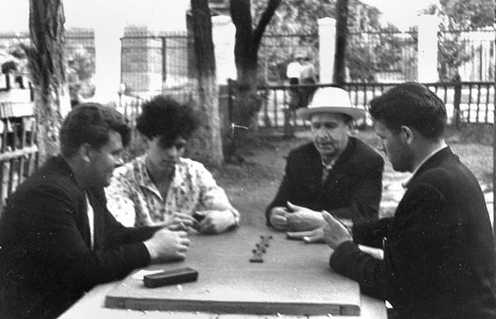 Игра в домино./Фото: pora-pora.narod.ru