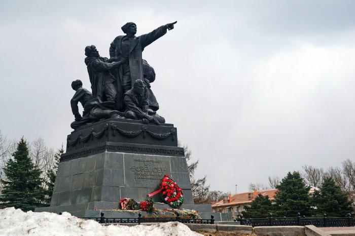 Памятник отважному генералу Ефремову на главной площади Вязьмы./Фото: fotokto.ru