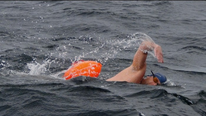 Рекордный заплыв в ледяной воде./Фото: s5o.ru