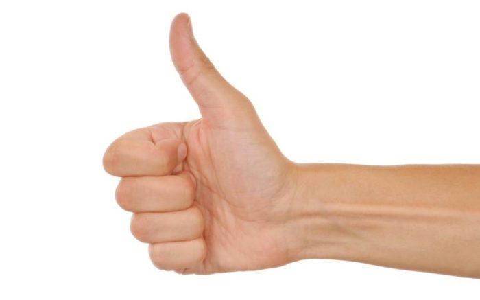 Поднятый вверх палец может означать многое./Фото: ask-med.ru