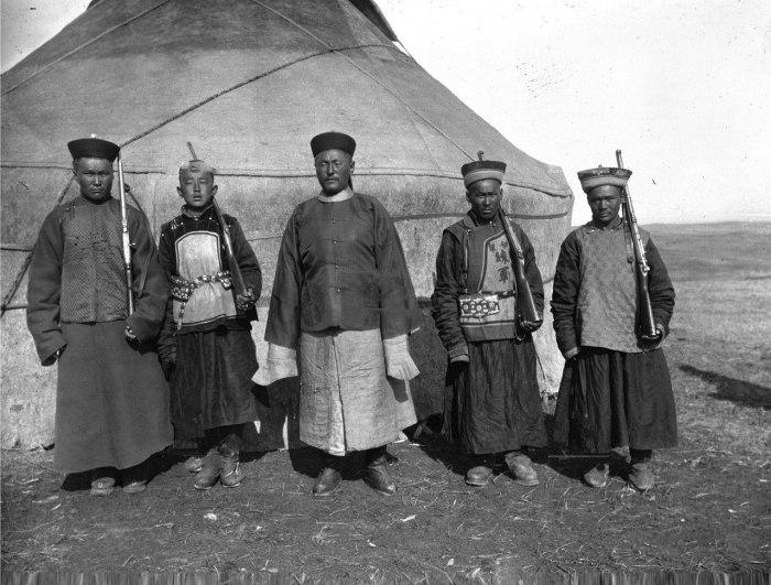Калмыки на фоне традиционного жилища. Фото 1907 года.