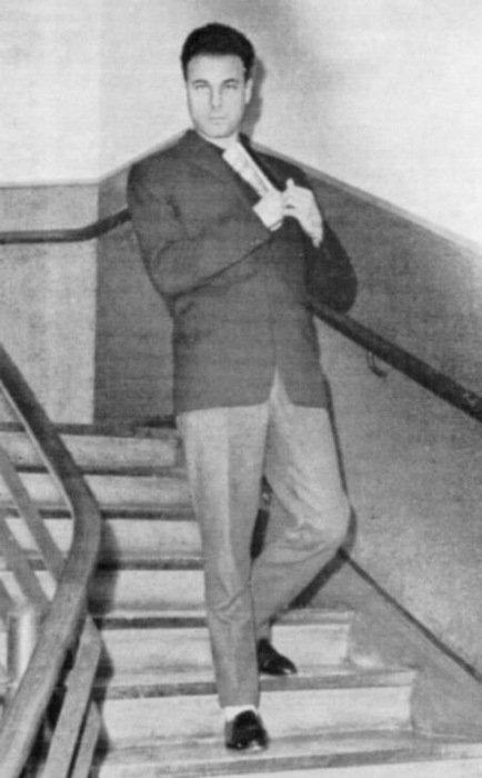 Богдан Сташинский воспроизводит обстоятельства убийства Ребета для следственного эксперимента. В свёрнутой газете было спрятано тайное оружие. Фото: из архива Мюнхенской криминальной полиции, сентябрь 1962.
