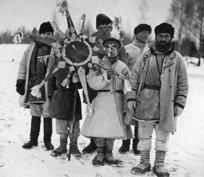 Деревенские жители всегда праздновали Коляду./Фото: aeslib.ru