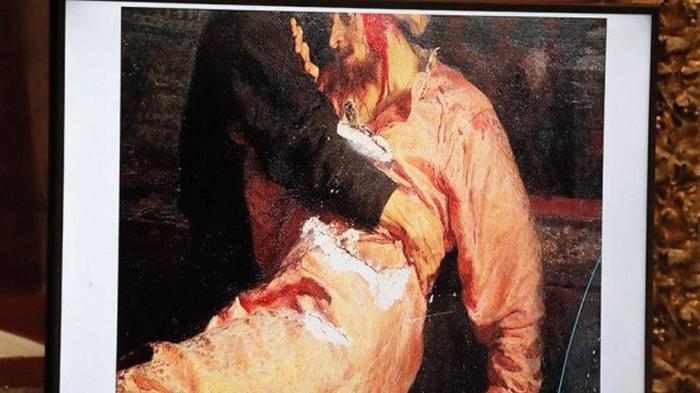 Метким ударом железки повреждено и полотно, и антикварная рама./Фото: cdn-st2.rtr-vesti.ru