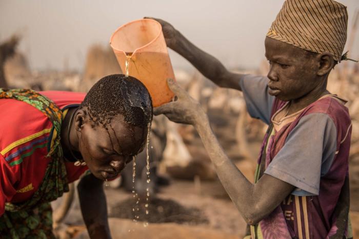 Для мытья головы в племени динка используют мочу коров./Фото: mtdata.ru