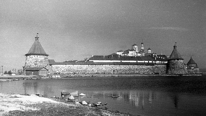 Соловецкий Лагерь Особого Назначения был основан на месте бывшего мужского монастыря./Фото: 900igr.net