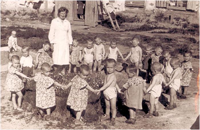 Пока матеря были на работе, за детьми присматривали няньки./Фото: img-fotki.yandex.ru