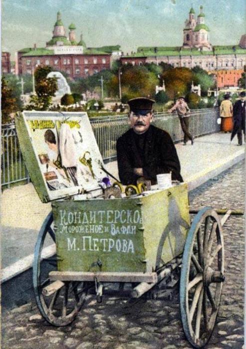Иллюстрация начала XX века. Торговец мороженым на городской улице.