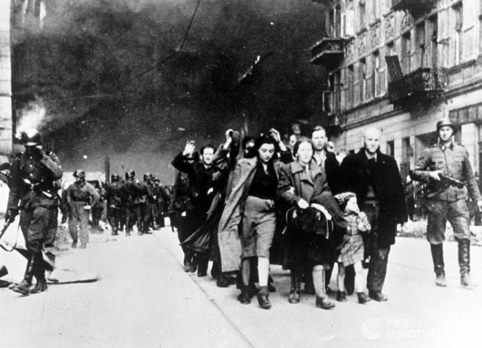 Жителей Варшавского гетто отправляют в лагерь смерти Треблинка. 1942 год./Фото: nstarikov.ru