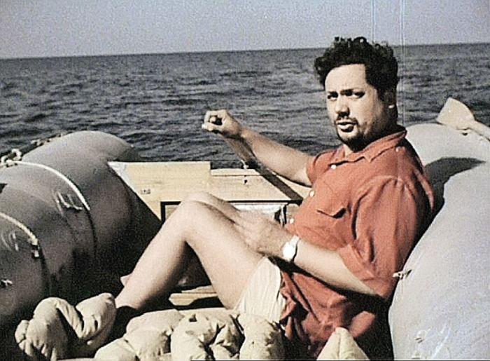 Ален Бомбар на надувной лодке./Фото: ex3m.com.ua