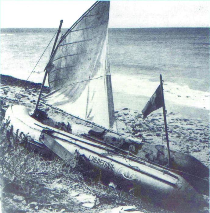 Лодка «Еретик» на американской земле. Хорошо видно поперечный шов на парусе./Фото: www.sailingregate.fr