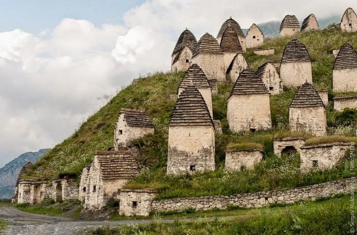 Осетинский город Даргавс./Фото: livingnomads.com