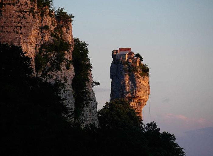 Здесь живет монах Максим более 20 лет