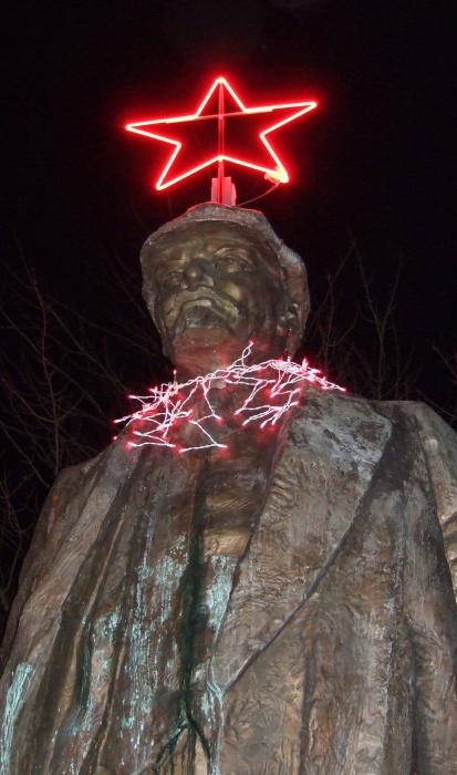 Ленин в рождественских украшениях./Фото: img12.nnm.me