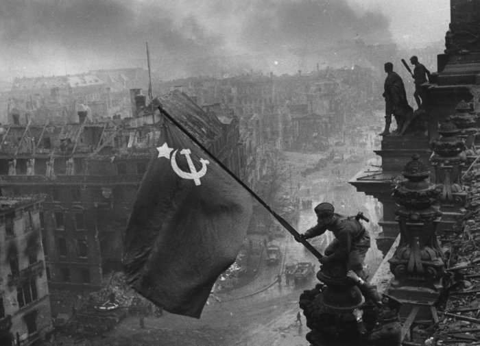 Впервые Знамя Победы было пронесено только на Параде Победы 1965 года./Фото: pbs.twimg.com