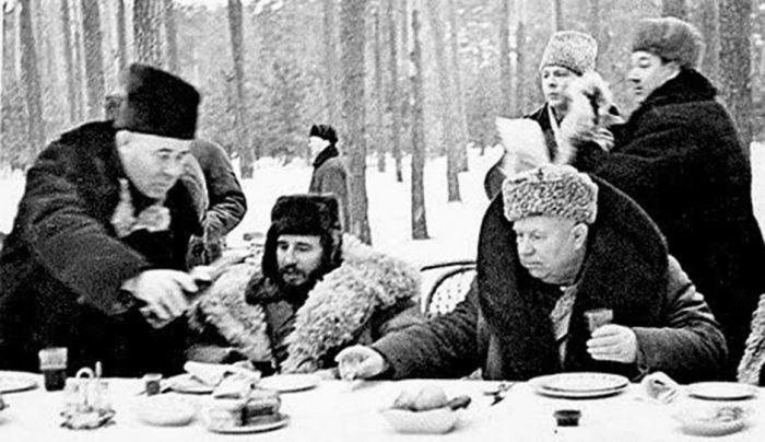 Зимнее застолье лидеров стран на партийной даче./Фото: www.visper.org.ua