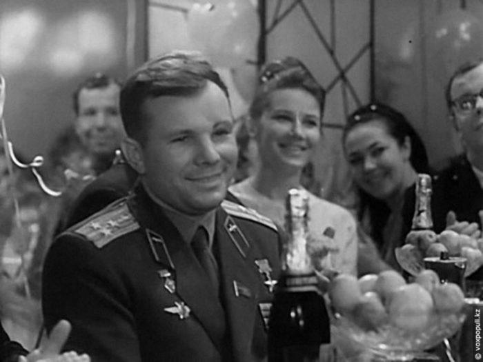 Юрий Гагарин на съемках «Голубого огонька»./Фото: mana.su