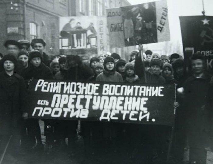 В СССР приобщение детей к вере считалось преступлением./Фото: pbs.twimg.com
