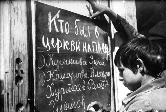 Пионер пишет на доске имена одноклассников, которые Ñодили в церковь./Фото: pravoslavie.fm