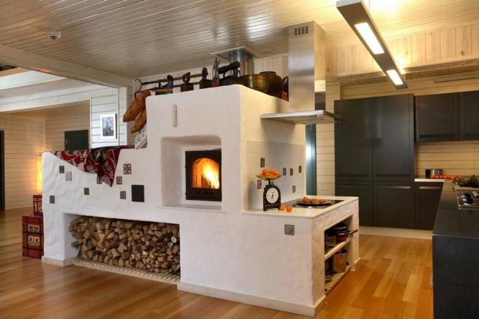 Сегодня печь выглядит современно и стильно, и может стать полезным украшением дома./Фото: iz-kirpicha.su