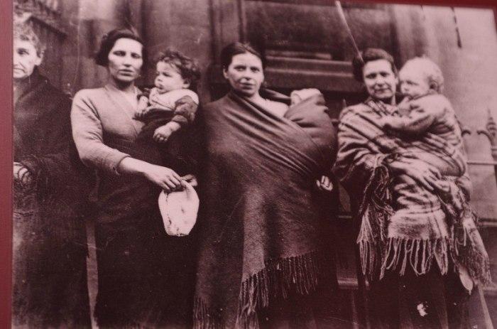 Дети, привязанные к матерям платками./Фото: cs9850.vkontakte.ru