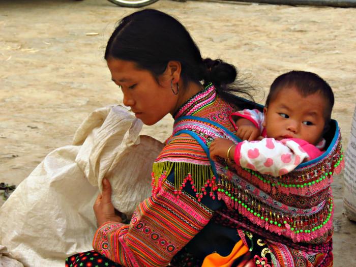 Переноска для детей у народности хмонги, щедро украшается вышивкой и декоративными элементами./Фото: c1.staticflickr.com