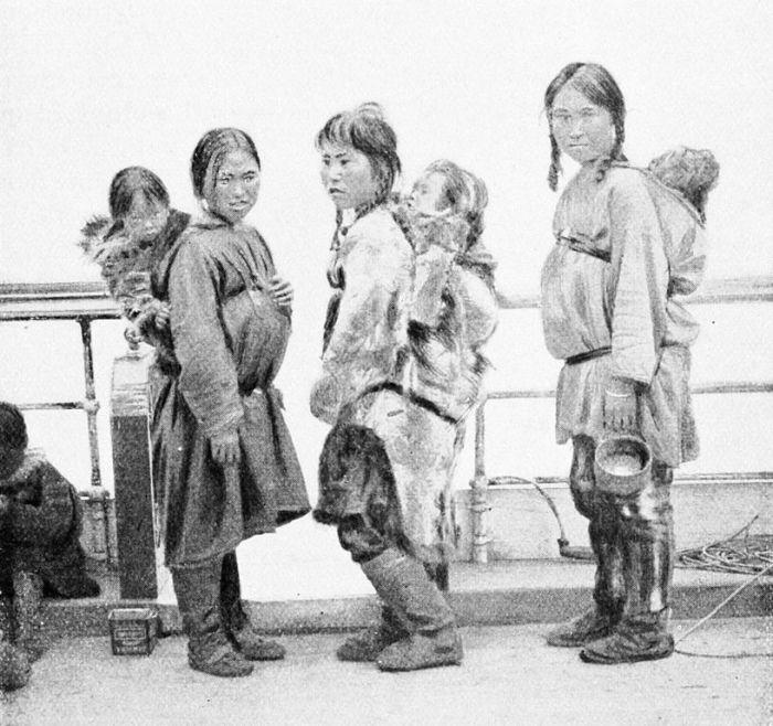 Амаути – теплая одежда, в которой женщины северных народов носили детей./Фото: upload.wikimedia.org