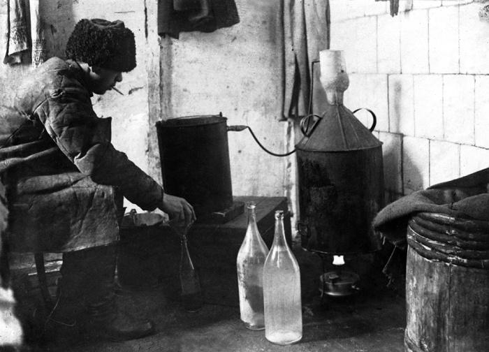 Алкоголь прочно укоренился в быту крестьянина./Фото: avatars.mds.yandex.net