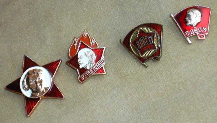 Значки: октябрятский, пионерский, комсомольский./Фото: www.discuss.ru