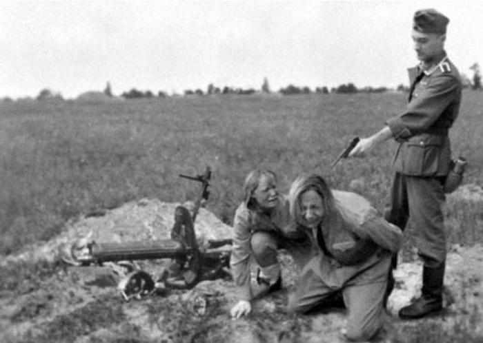 Расстрел советских женщин-военнослужащих./Фото: gelfand.eu